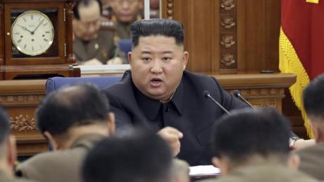 Das von der nordkoreanischen Regierung herausgegebene Foto zeigt Nordkoreas Machthaber Kim Jong Un während eines Treffens der Militärkommission der Arbeiterpartei.