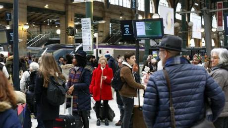 Menschen warten am Bahnhof Paris-Nord auf ihre Züge. Wegen der Streiks gegen die geplante Rentenreform ist der Bahnverkehr im ganzen Land erheblich gestört.