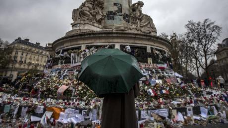 Gedenken an die Opfer des Terroranschlags von Paris vom 13. November 2015. Wie groß ist die Gefahr heute? Hunderte Extremisten mit Kampferfahrung sitzen weiter in Lagern in Syrien.