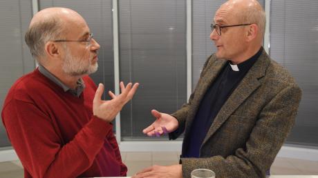 """""""Unsere Glatzen zogen sich an"""": der Astrophysiker Harald Lesch (links) und der Theologe Thomas Schwartz beim freundschaftlichen Gespräch im Augsburger Medienzentrum."""