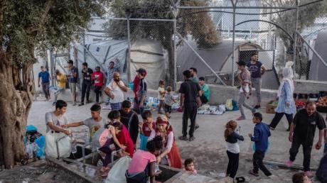 Migranten im Flüchtlingslager Moria auf der griechischen Insel Lesbos. Hier leben auch viele Kinder.
