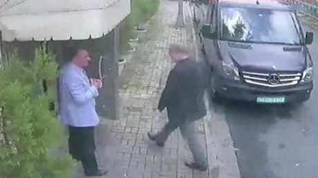 Das Videostandbild zeigt Jamal Khashoggi (r.) beim Betreten des saudi-arabische Konsulats.
