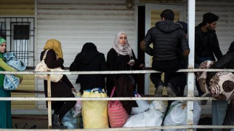 Syrische Migranten warten darauf, im türkischen Flüchtlingslager Kilis aufgenommen zu werden.