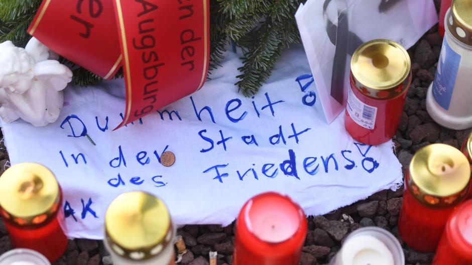 Trauerbekundungen am Königsplatz, wo im Dezember ein mann nach einem Faustschlag gestorben ist.