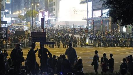Neue Proteste und Zusammenstöße zwischen Demonstranten und Polizei haben den Heiligabend in Hongkong überschattet.