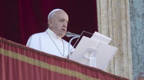 Papst Franziskus liest vom Hauptbalkon des Petersdoms seine Weihnachtsbotschaft vor, bevor er den traditionellen Segen «Urbi et Orbi» (Der Stadt und dem Erdkreis) spendet.