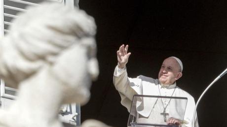 Papst Franziskus überbringt seinen Segen während er am zweiten Weihnachtsfeiertag das Angelusgebet spricht.