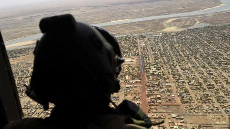 Über dem Norden vonMali: Ein französischer Soldat sieht aus einem Militärhubschrauber.