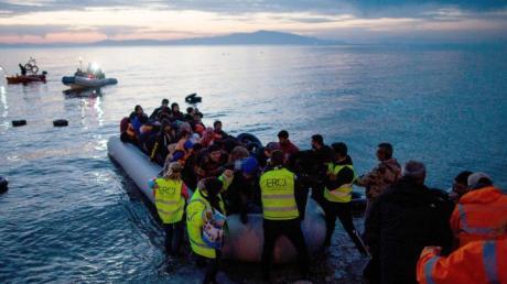 Flüchtlinge kommen in einem Schlauchboot auf der griechischen Insel Lesbos an.