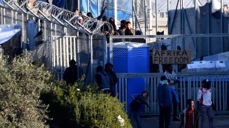 Explosive Stimmung: Erst kurz vor Weihnachten kam es in diesem Flüchtlingslager auf der Insel Samos wieder zu Ausschreitungen. Die Polizei setzte Tränengas ein.