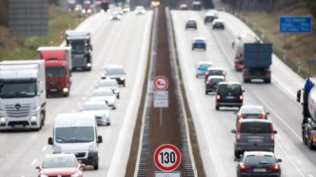 Verkehrszeichen zur Geschwindigkeitsbegrenzung an der Autobahn A13 in Brandenburg.