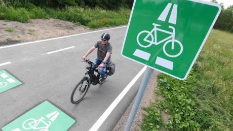 Ein Radfahrer auf einem Radschnellweg in Hessen.