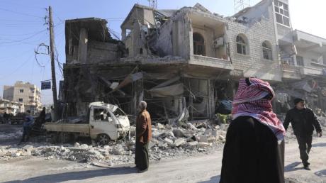 Das Foto vom 21. Dezember zeigt ein bei einem Luftangriff zerstörtes Haus im Ort Sarakeb.