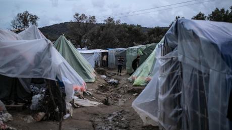 In den Flüchtlingslagern auf den Inseln im Osten der Ägäis sind nach Angaben aus Athen um die 40.000 Menschen untergebracht, obwohl nur Platz für rund 7500 Menschen ist.