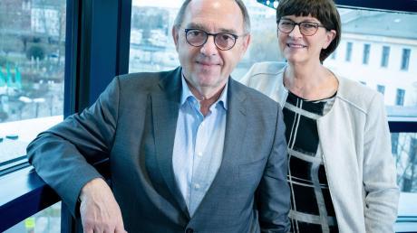 Norbert Walter-Borjans, Bundesvorsitzender der SPD, und Saskia Esken, Bundesvorsitzende der SPD, stehen in ihrem Büro im Willy-Brandt-Haus.