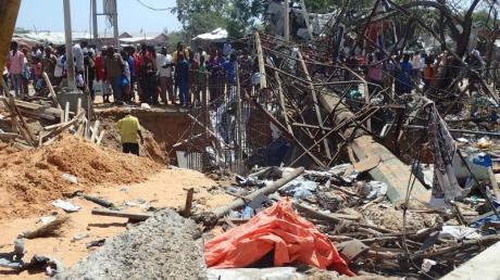 Bei einem Sprengstoffanschlag waren am Samstag in Mogadischu fast 100 Menschen getötet und mehr als 120 verletzt worden.