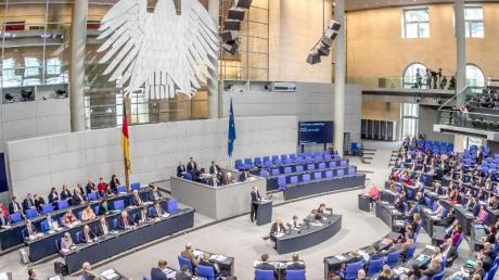 Politische Parteien finanzieren sich in Deutschland vor allem durch Mitgliedsbeiträge, Geld vom Staat und Spenden.