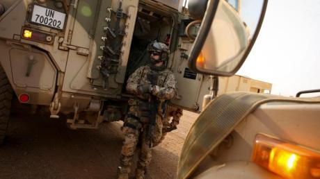 Schwer bewaffnete Bundeswehrsoldaten am Feldlager Camp Castor im Norden von Mali.