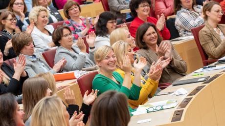 """Ja, muss man denn erst die Mannsbilder aus dem Bayerischen Landtag schmeißen, damit es auch mal lustig wird? Unser Foto zeigt Teilnehmerinnen der Konferenz """"Frauen im Parlament"""" im Oktober im Plenarsaal."""