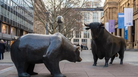 """Die Skulpturengruppe """"Bulle und Bär"""" vor der Frankfurter Börse."""