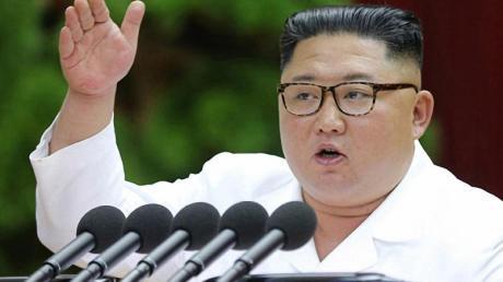 Nordkoreas Machthaber Kim Jong Un gestikuliert bei einem Treffen führender Funktionäre der regierenden Arbeiterpartei.