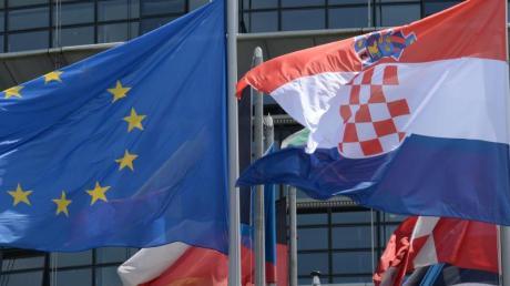 Die Flaggen der EU und Kroatiens vor dem Europäischen Parlament inStraßburg.