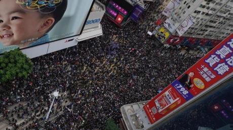 Zehntausende Menschen haben am Neujahrstag in Hongkong erneut gegen die Regierung demonstriert.