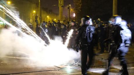 Polizisten räumen eine Kreuzung im Stadtteil Connewitz.