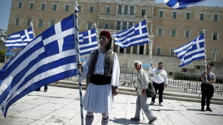 Folklore vor dem griechischen Parlament: In den Jahren 2008 bis 2017 sind laut einer Studie über 467000 Griechen im Alter von 25 bis 44 Jahren aus ihrer Heimat ausgewandert, die nun für einen Wirtschaftsaufschwung fehlen.