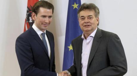 ÖVP-Chef Sebastian Kurz (l) und Grünen-Chef Werner Kogler haben sich auf ein Regierungsbündnis geeinigt.