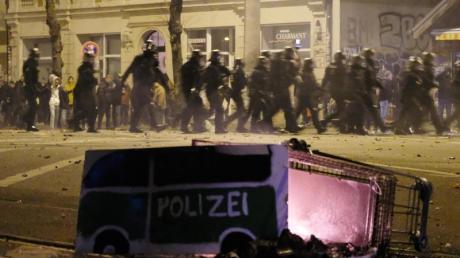 Polizisten räumen in der Neujahrsnacht eine Kreuzung im Leipziger Stadtteil Connewitz.