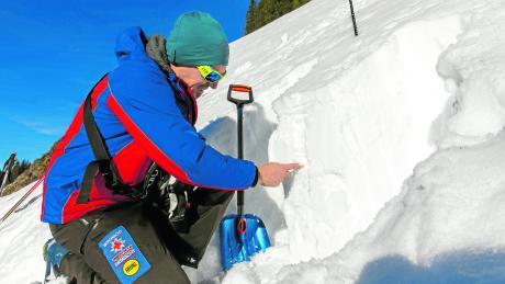 Michael Purucker von der Berg- und Skiwacht in Bolsterlang prüft regelmäßig die Lawinengefahr im Skigebiet am Weiherkopf.