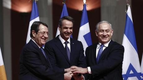 Der zyprische Präsident Nikos Anastasiades (l-r), Griechenlands Ministerpräsident Kyriakos Mitsotakis und der israelische Regierungschef Benjamin Netanjahu posieren vor der Unterzeichnung des Pipeline-Abkommens für die Fotografen.