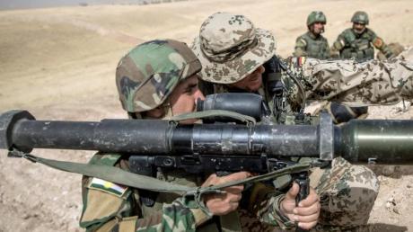 Ein Bundeswehr-Soldat weist einen kurdischen Kämpfer ein: Das deutsche Engagement im Rahmen der Anti-IS-Koalition im Irak ruht nach dem US-Angriff auf einen iranischen General.