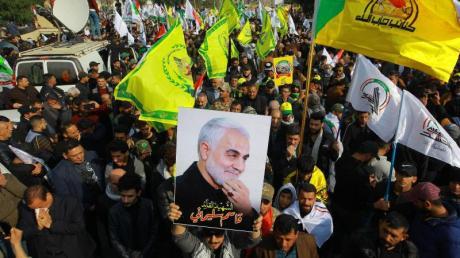 Anhänger des getöteten iranischen Generals Ghassem Soleimani nehmen onj Bagdad an einem Trauerzug teil.