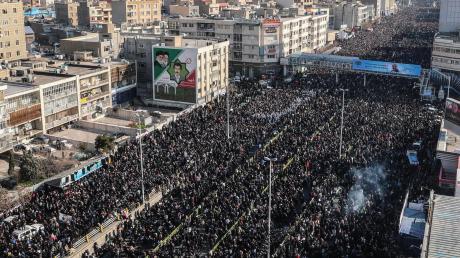 Eine riesige Menschenmenge folgt dem Aufruf der iranischen Führung, sich dem Trauerzug für den wichtigsten Vertreter des iranischen Militärs im Ausland, Ghassem Soleiman, anzuschließen. Der General war in der Nacht auf Samstag bei einer US-Kommandoaktion im Irak gezielt getötet worden.