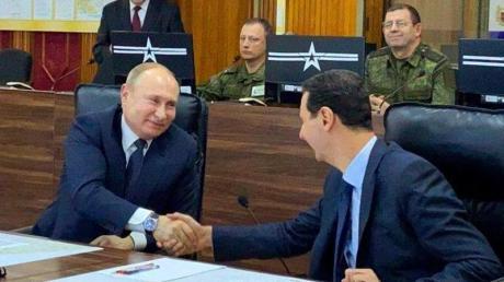 Der russische Präsident Wladimir Putin (l) trifft in Damaskus auf seinen syrischen Amtskollegen Baschar al-Assad (M).