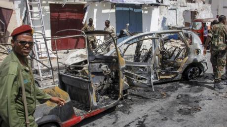 Fahrzeugwrack nach der Explosion einer Autobombe in Mogadischu.