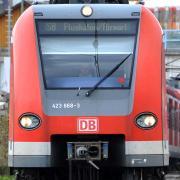 Die Bundespolizei sucht nach zwei unbekannten Männern,, die in einer S-Bahn zwei Kontrolleure und einen Reisenden angegriffen haben.
