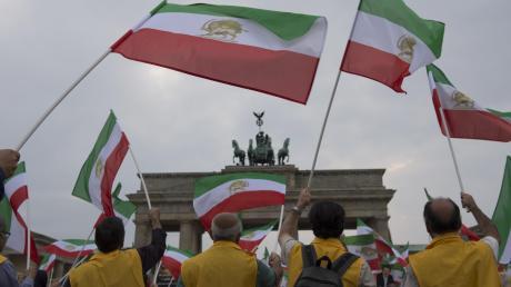 Exil-Iraner demonstrieren vor dem Brandenburger Tor in Berlin gegen das Regime in Teheran. Die deutsch-iranische Beziehung ist fragil.