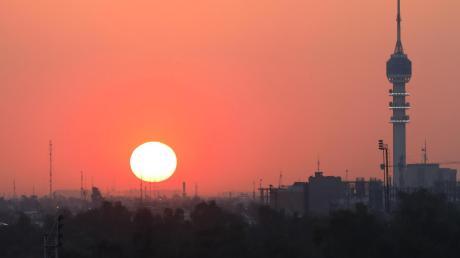 Sonnenuntergang über Bagdad. Doch die Ruhe trügt: Am Mittwochabend schlugen zwei Raketen in der hoch gesicherten Grünen Zone der irakischen Hauptstadt ein, in der auch die US-Botschaft liegt.