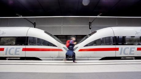 Die Deutsche Bahn soll eine zentrale Rolle im Kampf gegen den Klimawandel spielen. CSU und Grüne zweifeln daran, ob das in der gegenwärtigen Organisation möglich ist.