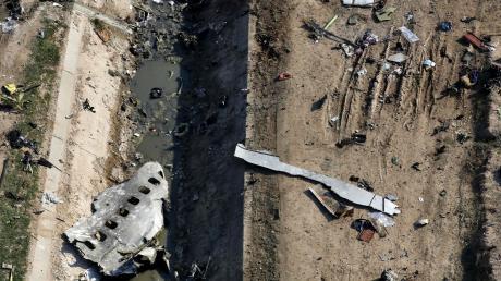 Die Boeing wurde in der Luft zerfetzt. Trümmerteile lagen weit verstreut, auch in diesem Graben. Westliche Regierungsstellen halten es für sehr wahrscheinlich, dass die ukrainische Maschine durch eine iranische Boden-Luft-Rakete getroffen wurde.