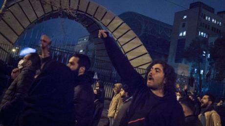 Studenten demonstrieren nach einer Trauerfeier für die Opfer des Flugzeugabsturzes in Teheran.