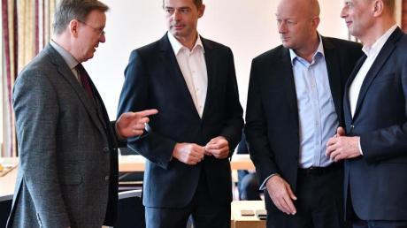 Ministerpräsident Bodo Ramelow (Linke) und die Parteivorsitzenden Mike Mohring (CDU), Thomas Kemmerich (FDP) und Wolfgang Tiefensee (SPD) treffen zum Gespräch.