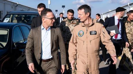 Außenminister Heiko Maas (l) wird auf der Luftwaffenbasis Al-Asrak von Oberst Markus Kleinbauer, Kommandeur des deutschen Einsatzkontingentes Counter Daesh, durch das Lager geführt.