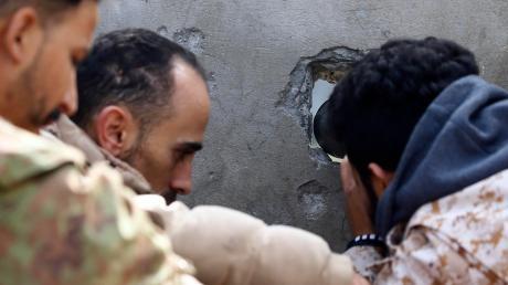 Blick in eine ungewisse Zukunft: Soldaten der von den Vereinten Nationen anerkannten Regierung beobachten die Front nahe von Tripolis.