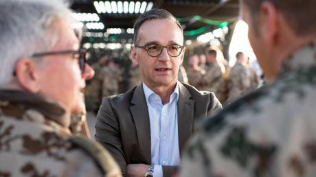 Außenminister Heiko Maas (SPD) spricht auf der Luftwaffenbasis in Jordanien mit deutschen Soldatinnen und Soldaten.