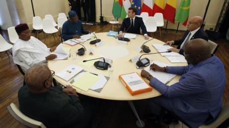 Emmanuel Macron und fünf seiner Amtskollegen aus der Sahelregion sprechen über Möglichkeiten im gemeinsamen Kampf gegen islamistische Terrorgruppen.