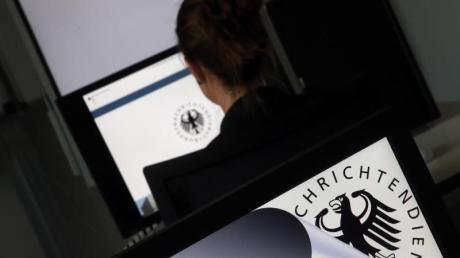 Bürgerrechtler und Journalisten wollen mit ihrer Klage unter anderem erreichen, dass der Bundesnachrichtendienst niemanden mehr ohne konkreten Verdacht ins Visier nehmen darf.
